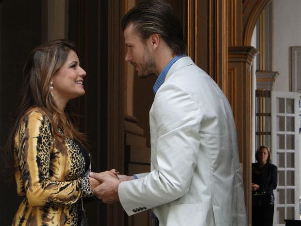 Lavínia se encontra com Fernando na igreja e Minerva ouve a conversa dos dois (Foto: TV Globo/ Morde Assopra)
