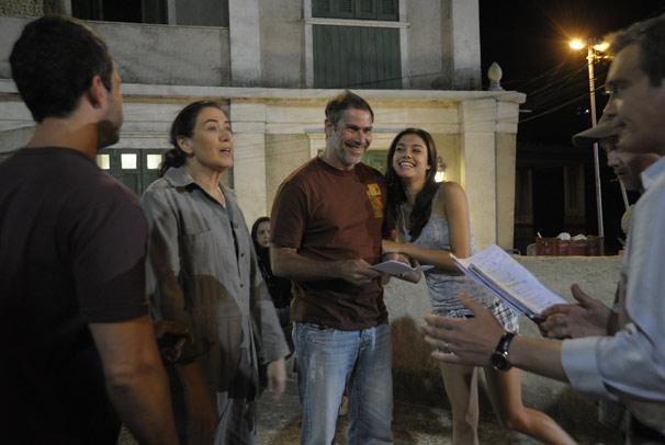 Diretor e elenco se divertem nas gravações da próxima novela das nove (Foto: TV Globo/Renato Rocha Miranda)