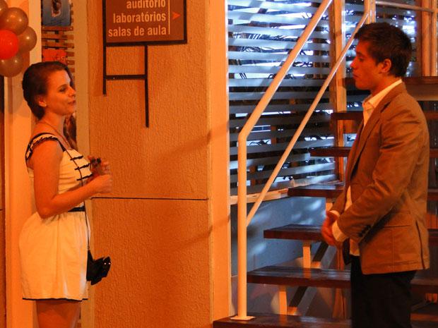 Catarina dá um presente de namoro para Guilherme (Foto: TV Globo/ Malhação)
