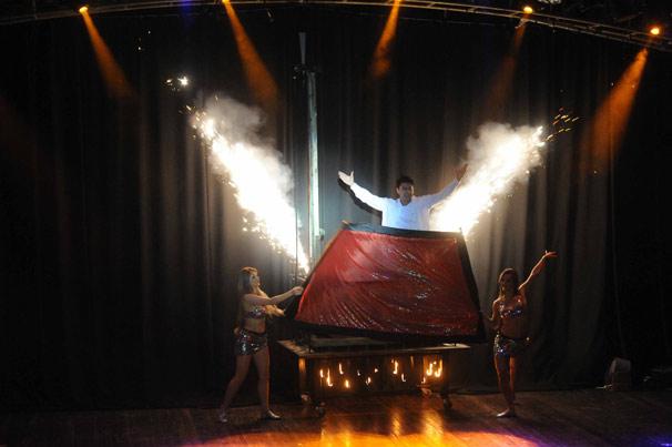 Mario Karmia apresenta show de ilusionismo na festa de lançamento de O Astro (Foto: TV Globo/João Miguel Júnior)