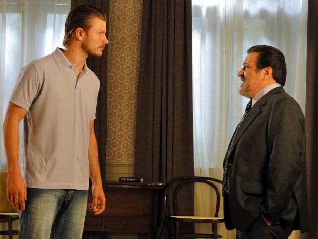 Oséas procura Fernando e lhe faz uma proposta para sair da cidade (Foto: TV Globo/ Morde & Assopra)