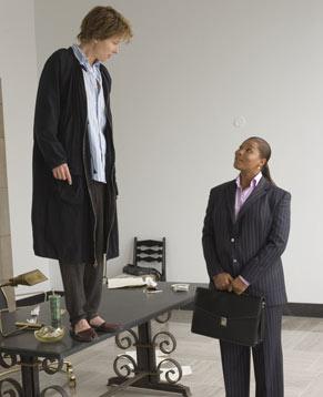 Karen Eiffel (Emma Thompson) deve terminar o livro (Foto: Reprodução)