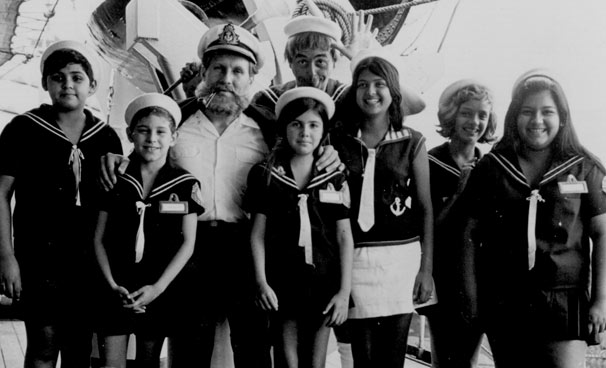 Elizângela (de saia branca, ao centro) no programa Capitão Furacão (Foto: CEDOC/ TV Globo)