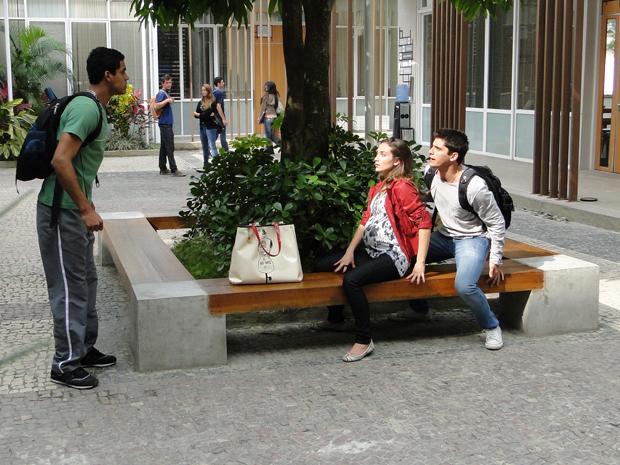 Maicon flagra Pedro e Babi juntos (Foto: TV Globo/ Malhação)