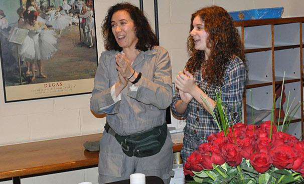 Giulia, filha da atriz, apareceu nos estúdios para cantar parabéns para a mãe (Foto: Estevam Avellar/ TV Globo)