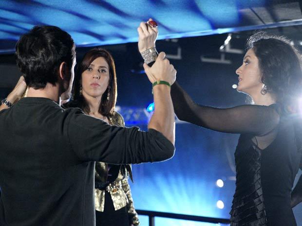 Douglas não entende o motivo para a discussão entre Dulce e Bibi na boate (Foto: TV Globo/ Insensato Coração)