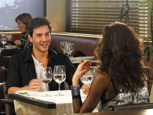 Dulce tenta conquistar Douglas (Foto: TV Globo/ Cordel Encantado)
