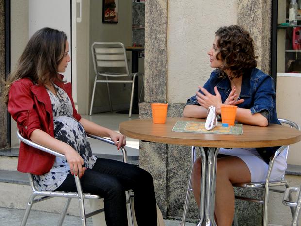 Rejane conta para Babi que foi ela quem pegou sua pulseira (Foto: TV Globo/ Malhação)