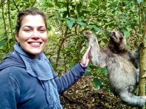 Fátima Medeiros e Max Fercondini encontra um bicho preguiça durantre a gravação do Globo Ecologia A Floresta e o Tempo (Foto: Arquivo Pessoal / Fátima Medeiros)