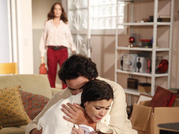 Amanda flagra Lili nos braços de Herculano (Foto: TV Globo/ O Astro)