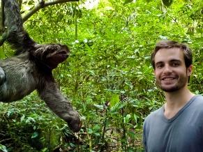 Max Fercondini encontra um bicho preguiça durantre a gravação do Globo Ecologia A Floresta e o Tempo (Foto: Arquivo Pessoal / Max Fercondini)