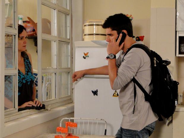 Lurdes se preocupa com o encontro de Pedro e Vinícius (Foto: TV Globo/ Malhação)