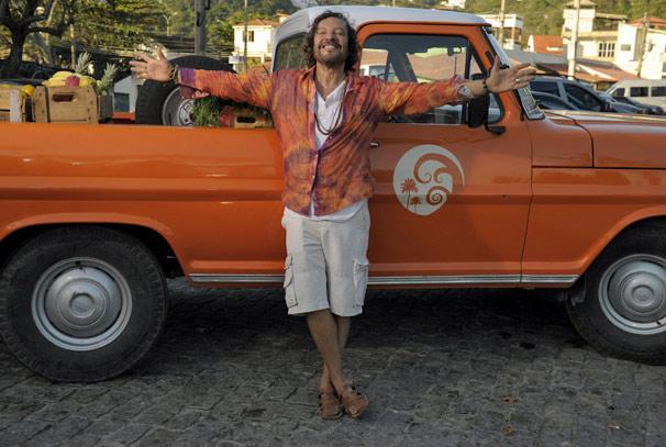 Álvaro (Wolf Maya) exibe sua picape laranja (Foto: TV Globo/ Renato Rocha Miranda)