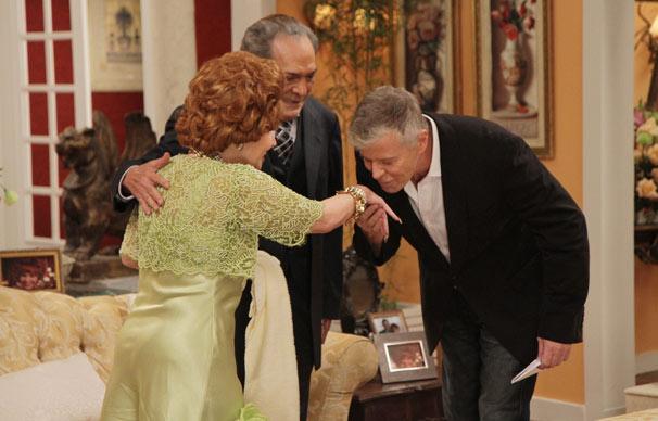 O ator e diretor Miguel Falabella visita Ofélia (Claudia Rodrigues) e Fernandinho (Lúcio Mauro) (Foto: Blenda Gomes/ TV Globo)