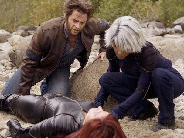 Wolverine (Hugh Jackman) e Tempestade (Halle Berry) amparando Jean Grey (Famke Janssen) (Foto: Divulgação)