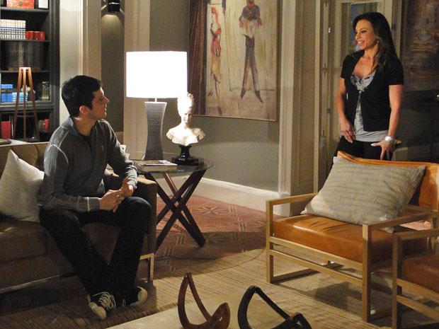 Amanda percebe o nervosismo de Akira com o pedido de Ícaro e o pressiona a contar o que sabe (Foto: TV Globo/ Morde & Assopra)