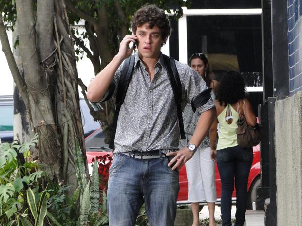 Pedro acusa Lúcio de ter forjado a voz de Raquel ao telefone (Foto: TV Globo/ Malhação)
