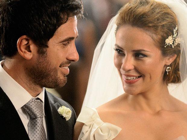 Pedro e Marina estranham o comportamento dos convidados (Foto: TV Globo/ Insensato Coração)