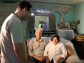 O diretor Emerson Muzeli conversa com Ademilson e Lourdes, pais de Jobson Maia (Foto: Christina Fuscaldo)
