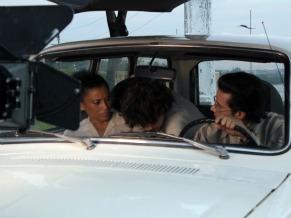 Cena em que Jobson Maia criança aumenta o som do carro para ouvir Roberto Carlos (Foto: Christina Fuscaldo)