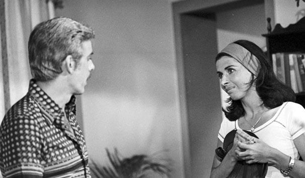 Leda Maria (Betty Faria) é abandonada pelo marido e, sozinha, acaba se envolvendo com Victor Amadeo (Franncisco Cuoco) (Foto: CEDOC/ TV Globo)