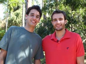 O vencedor do concurso do Globo Ecologia com o INPA, Pedro Henrique Sena, com Max Fercondini (Foto: Divulgação)