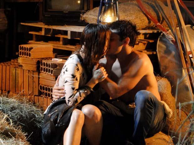 Pedro e Catarina se beijam (Foto: TV Globo/ Malhação)