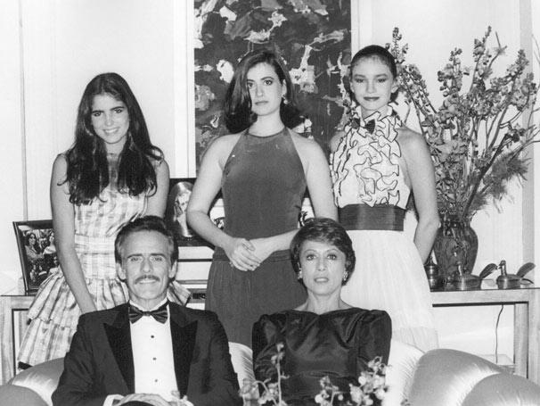 Lucas com a esposa Darlene (Dina Sfat) e as filhas Doris (Malu Mader), Daise (Fernanda Torres) e Adriana (Júlia Lemmertz) (Foto: CEDOC/ TV Globo)