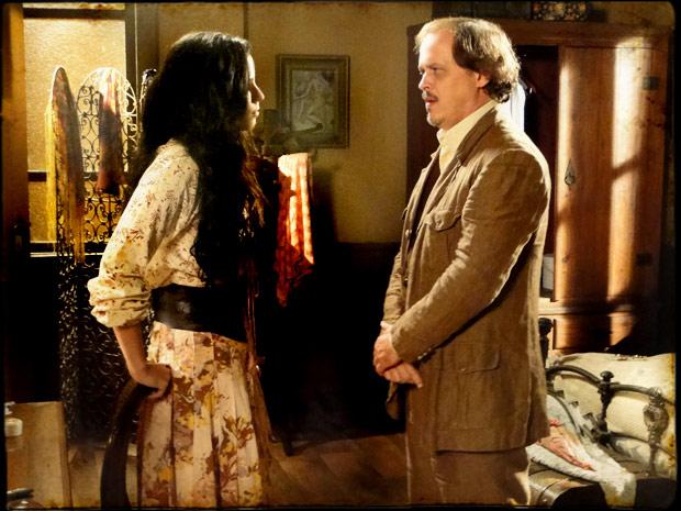 Florinda confessa a Zenóbio que está confusa em relação a Petrus (Foto: TV Globo/ Cordel Encantado)