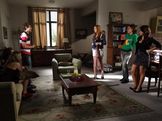 Alice escolhe Renato para ser seu par no casamento de Celeste (Foto: TV Globo/ Morde & Assopra)