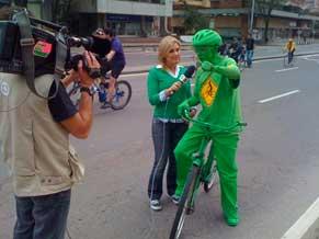 A repórter Flavia Freire entrevista um ciclista em Bogotá, Colômbia (Foto: Divulgação)