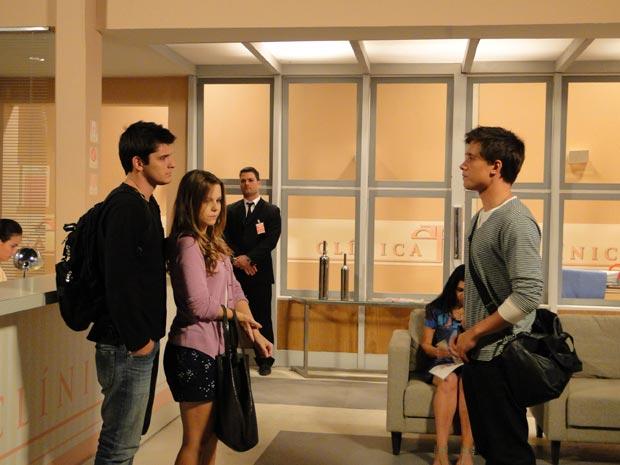 Guilherme encontra Catarina e Pedro na clínica (Foto: TV Globo/ Malhação)