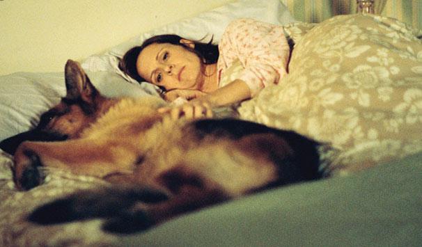 Peggy (Molly Shannon) e Pencil comiam, dormiam e viam filmes juntos até a morte do cãozinho (Foto: Reprodução)