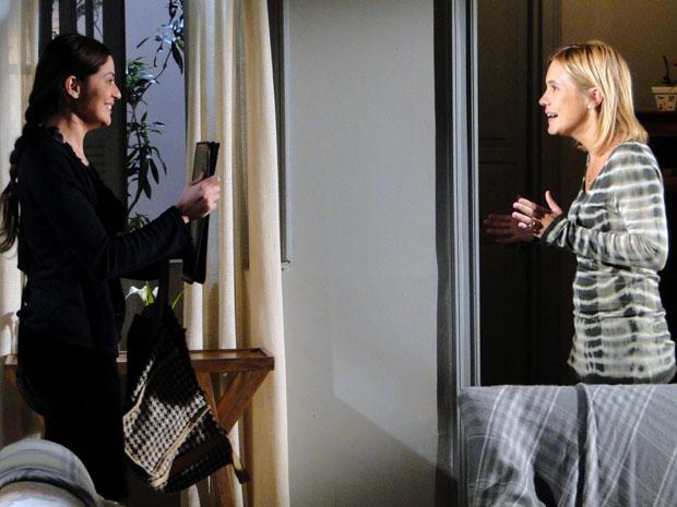 Natália diz para Júlia que não leu o conteúdo da pasta, mas confirma ser sobre Naomi (Foto: TV Globo/ Morde & Assopra)