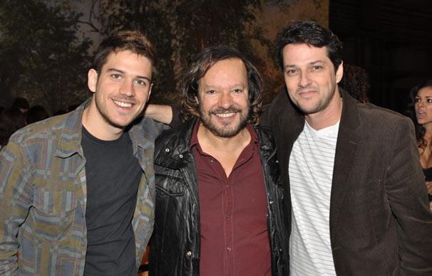 Marco Pigossi e Marcelo Serrado posam com o diretor Wolf Maya (Foto: João Cotta/ TV Globo)