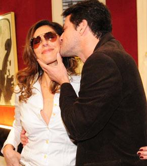 Christiane Torloni recebe o carinho do colega Marcelo Serrado (Foto: João Miguel Jr./ TV Globo)