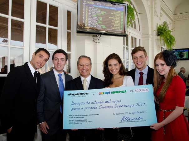 Atores recebem a doação do Jockey Club para o Criança Esperança (Foto: Kiko Cabral)