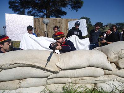 """Soldado faz pontaria em """"Amor em Tempos de Guerra"""" (Foto: Divulgação/RPC TV)"""