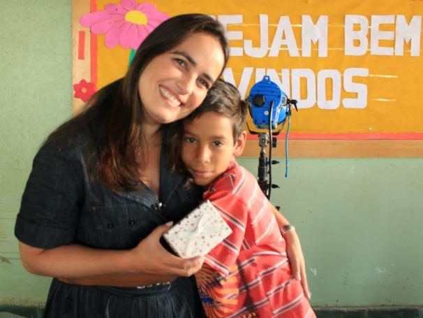 Cláudia Gaigher com Vitor no Distrito Ferderal, onde o Criança Esperança visitou a instiuição Luz no Caminho (Foto: Christina Fuscaldo)