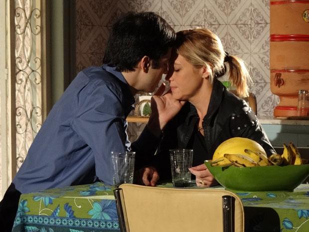 Ícaro beija Júlia e ela lhe dá esperanças (Foto: TV Globo/ Morde & Assopra)