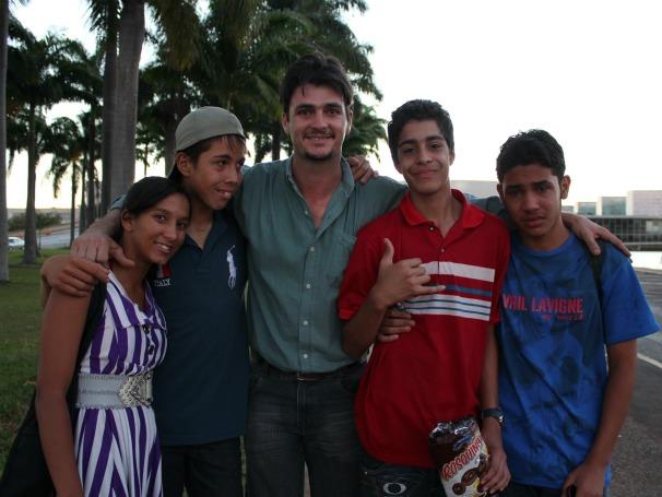 Alunos da instituição Luz no Caminho em Brasília com Ulisses. Igor chora (Foto: Christina Fuscaldo)