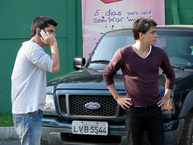 Pedro liga para o celular de Rique e o ameaça (Foto: TV Globo/ Malhação)