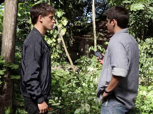 Pedro e Guilherme encontram uma cabana (Foto: TV Globo/ Malhação)