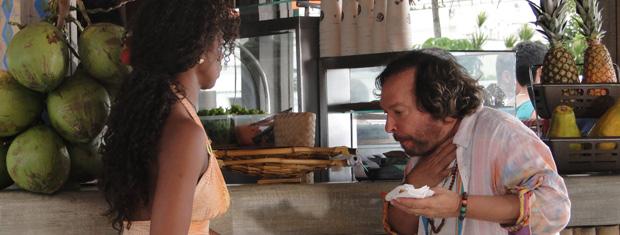 Álvaro come uma das empadas de Dagmar sem que Zambeze o veja e acaba se engasgando (Foto: TV Globo/ Fina Estampa)