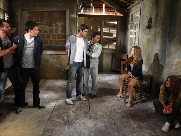 Pedro e Guilherme são capturados pelos comparsas de Rique e presos com Catarina e Raquel (Foto: TV Globo/ Malhação)