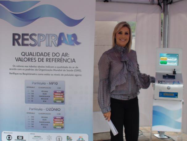 A jornalista Flávia Freire apresentou o evento e posou ao lado do Respirômetro (Foto: Divulgação TV Globo)