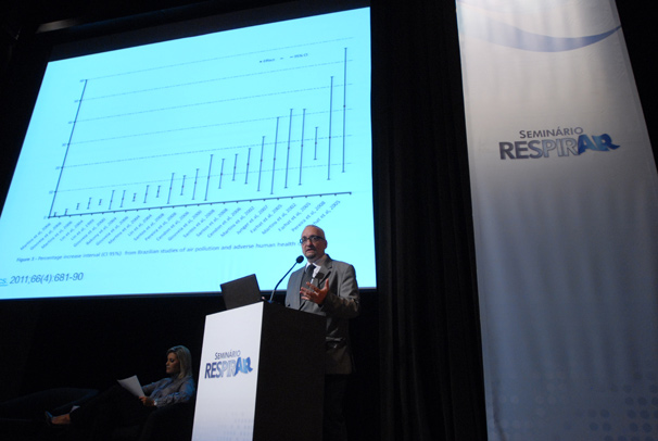 O professor Paulo Saldiva deu início às palestras do seminário (Foto: TV Globo/Zé Paulo Cardeal)