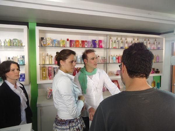 Diogo Portugal é uma balconista de uma loja de cosméticos (Foto: Divulgação/RPC TV)