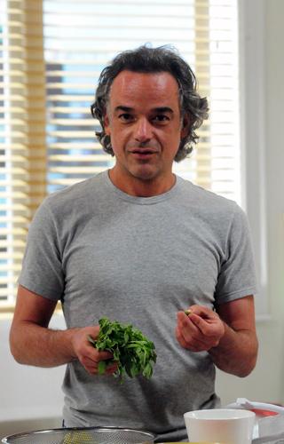 Marcos (Ângelo Antônio) cuida das tarefas domésticas em 'A Vida da Gente' (Foto: TV Globo/ João Miguel Júnior )