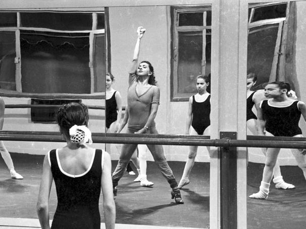 Em 'Baila Comigo', Beth Faria arrasava como a professora de dança  (Foto: TV Globo / CEDOC)
